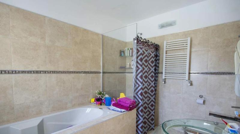 Foto Casa en Venta en   La Estanzuela,  La Calera  Casa de 4 dormitorios en venta en La Estanzuela. Con pileta. Recibe menor.