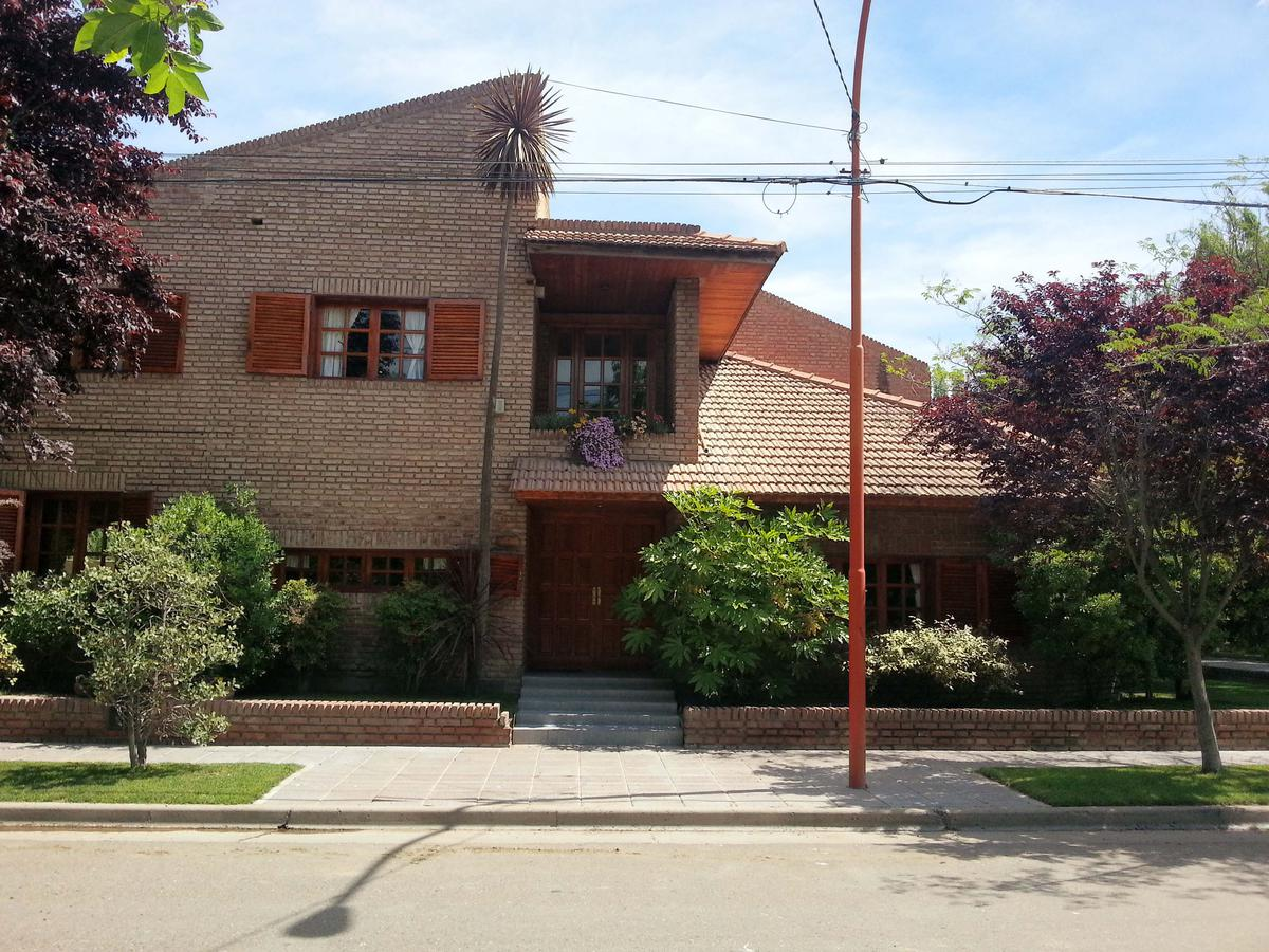 Foto Casa en Venta en  Cipolletti ,  Rio Negro  Los Castaños al 600
