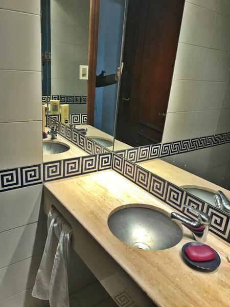 Foto Casa en Venta en  Carrasco ,  Montevideo  A 100 metros Rambla de Carrasco, 3 dorm y servicio, ascensor CON RENTA