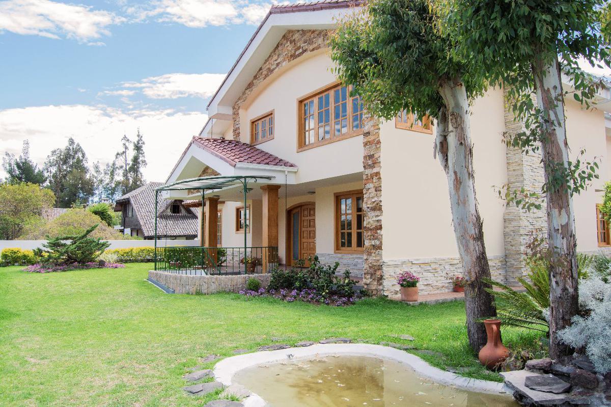 Foto Casa en Venta en  Cumbayá,  Quito  Urbanización Jardines del Este