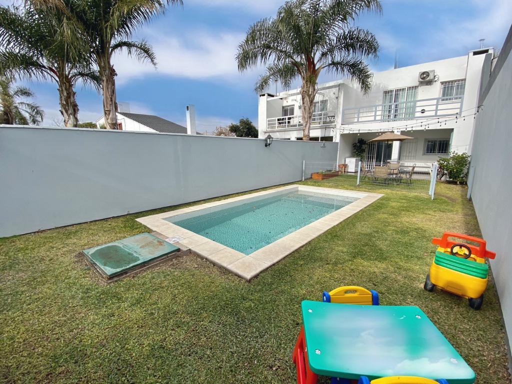 Foto Casa en Venta en  Urca,  Cordoba  UNICO EN ZONA NORTE - URCA - 4 dorm - 3 baños - Pileta y Quincho - Barros Pasos 3600