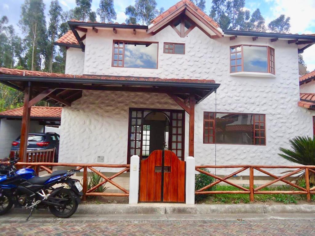 Foto Casa en Alquiler en  Los Chillos,  Quito  Casa Venta cerca Av. Ilaló, Mirasierra