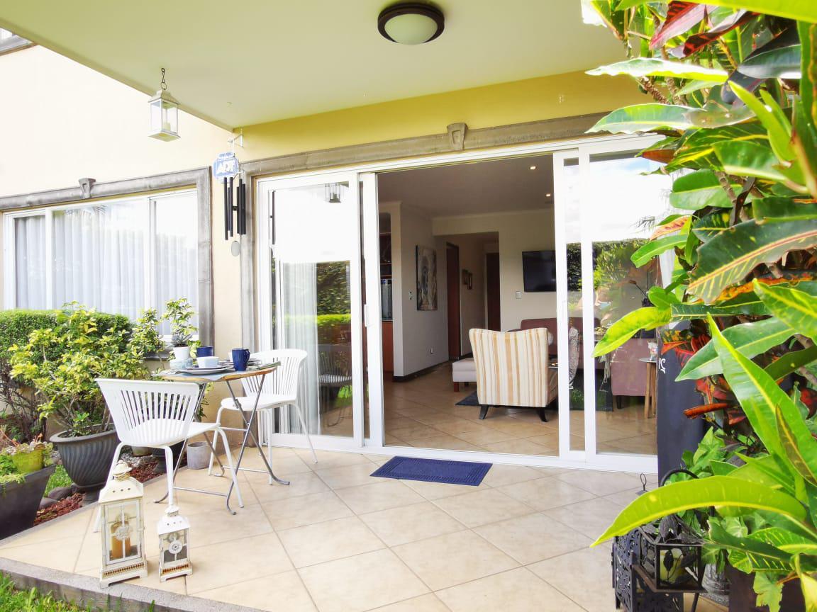 Foto Casa en condominio en Venta en  Escazu,  Escazu  Guachipelin / Esquinera /  3 habitaciones/ Terraza y amplio Jardín / Ideal para familia