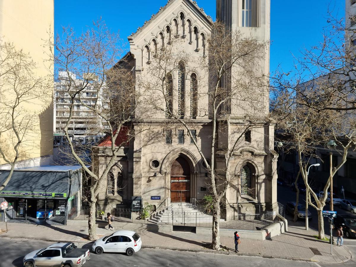 Foto Oficina en Alquiler en  Centro (Montevideo),  Montevideo  Torre el Gaucho 600 m2 totalmente reciclada, 2 gges!!