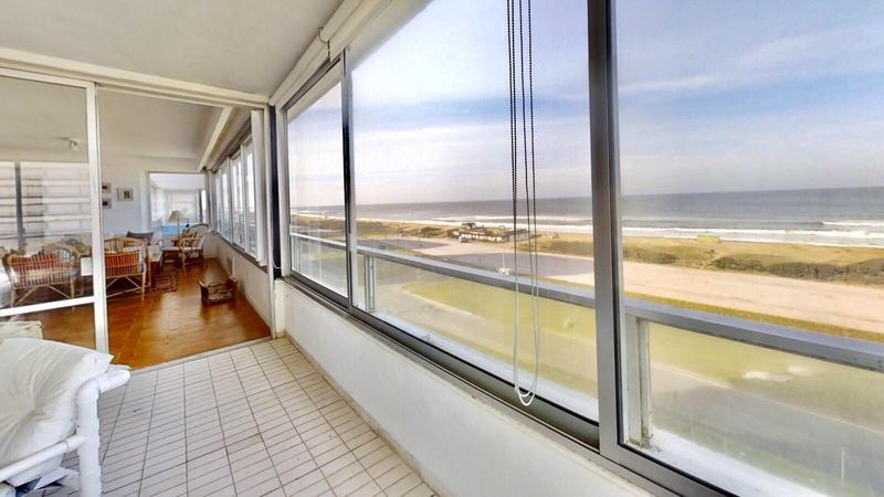 Foto Departamento en Venta | Alquiler temporario en  Playa Brava,  Punta del Este  Ubicado frente a la Playa Brava con Impactante Vista al Mar