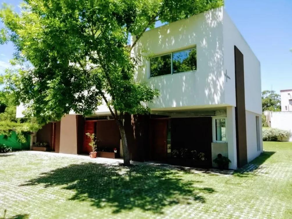 Foto Casa en Venta en  City Bell,  La Plata  21 C E / 443 y 445