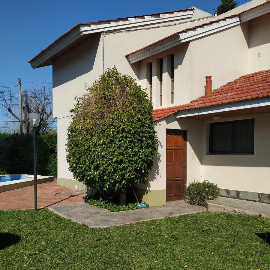 Foto Casa en Venta en  City Bell,  La Plata  472 esquina 11 City Bell