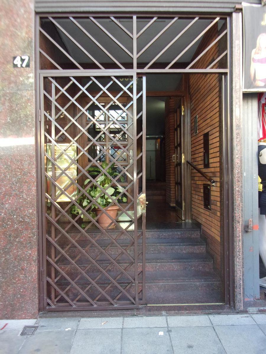 Foto Departamento en Alquiler en  Balvanera ,  Capital Federal  Av Jujuy 47 11° C