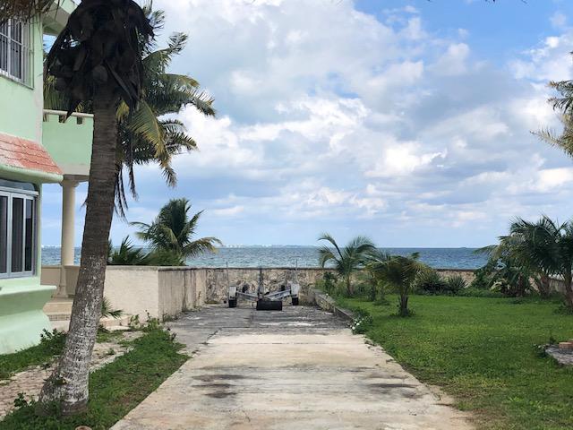 Foto Terreno en Venta en  Puerto Juárez,  Cancún  Terreno en Venta con Construccion FRENTE al MAR  Puerto Juarez  Cancun