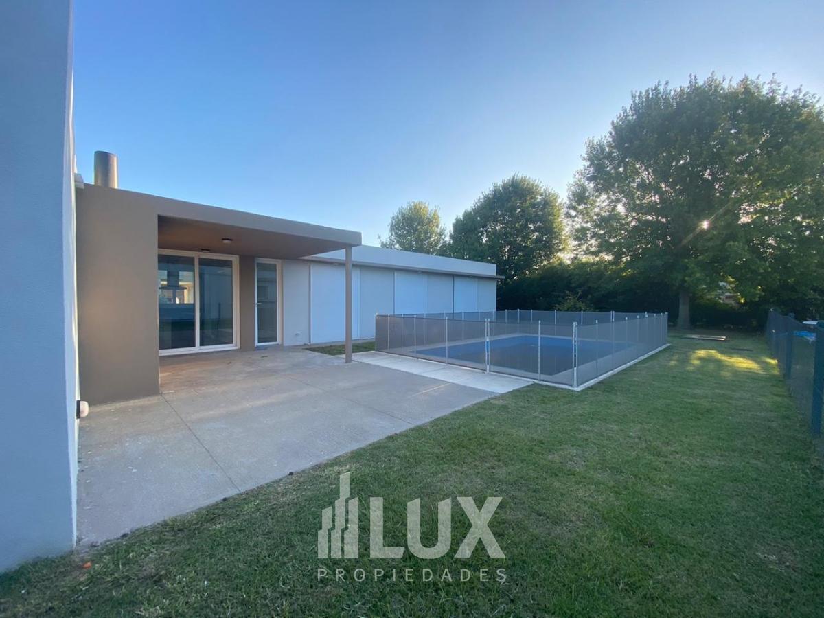 Casa 3 dormitorios con piscina en barrio Funes Hills Miraflores - Funes