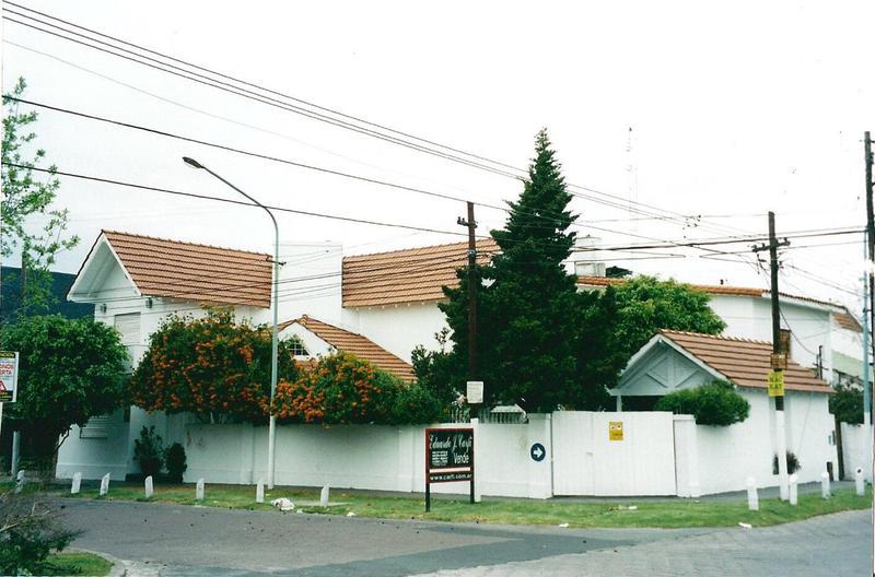 Foto Casa en Venta en  Castelar Norte,  Castelar  Montes de Oca esquina Merlo