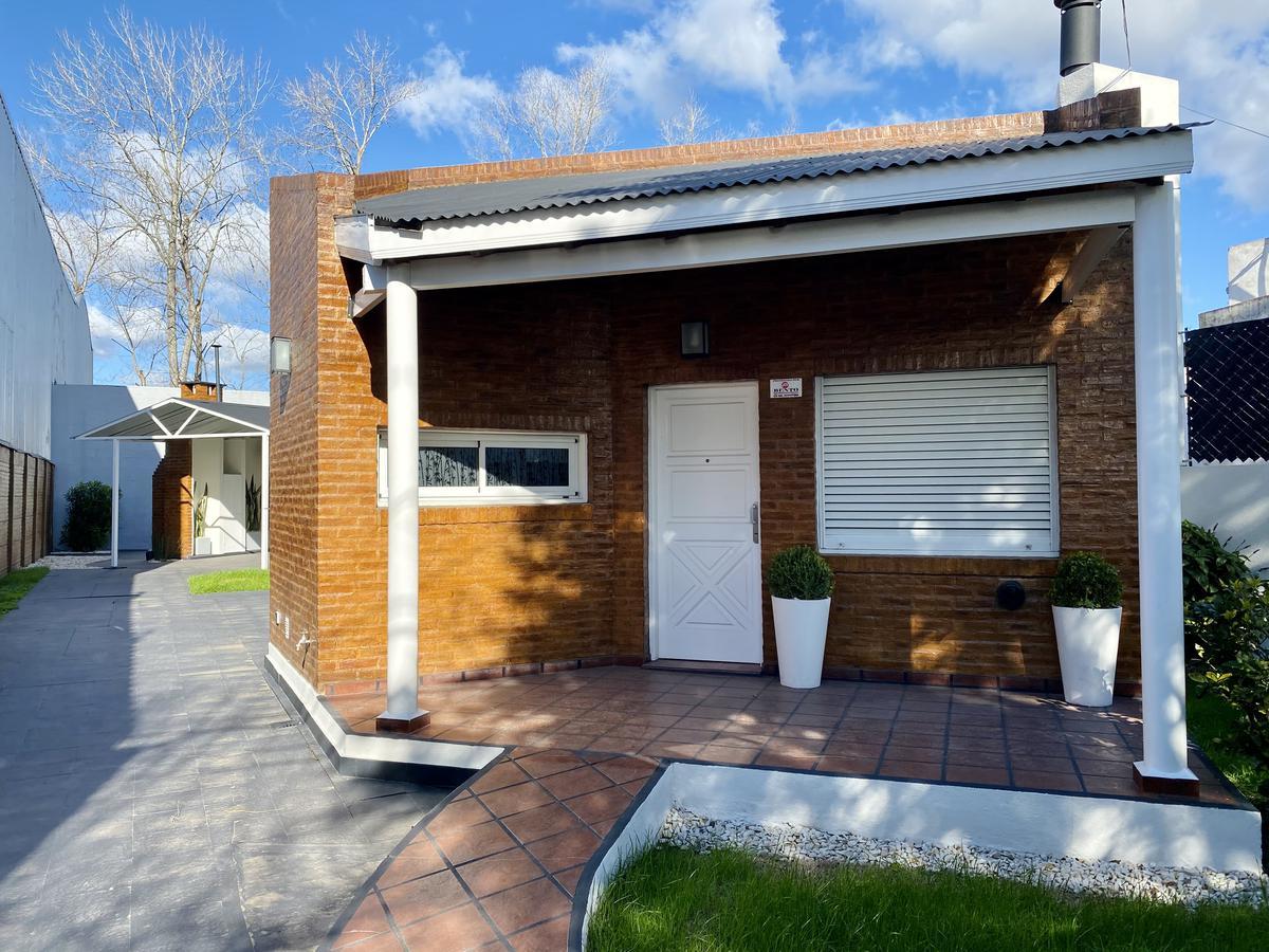 Foto Casa en Venta en  Manuel B Gonnet,  La Plata  508 e/ 25 y 26