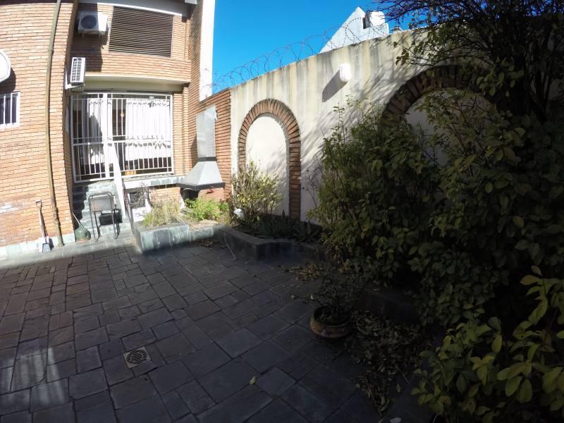 Foto Casa en Venta en  Villa del Parque ,  Capital Federal  Excelente casa de 5 ambientes, cochera para 2 autos, patio con parrilla!