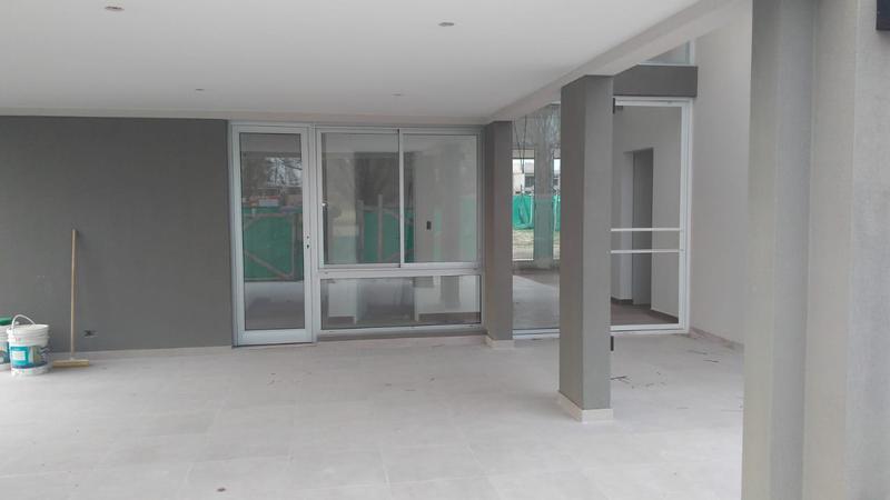 Foto Casa en Venta en  Terralagos,  Countries/B.Cerrado (Ezeiza)  Moderna casa en Terralagos lista para mudarse