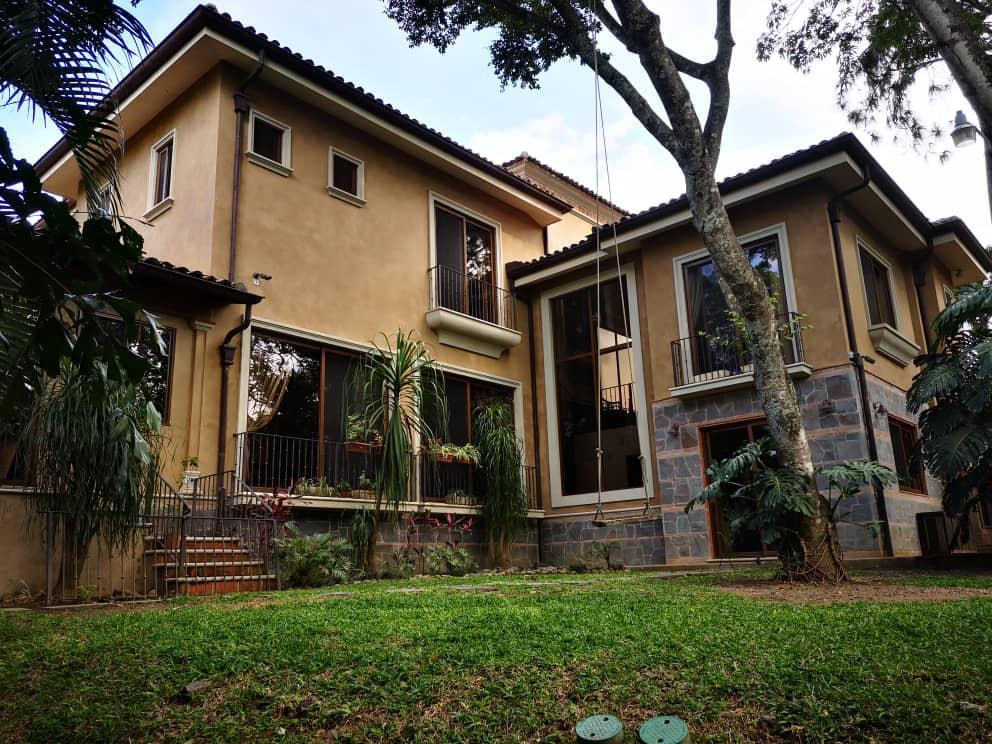 Foto Casa en condominio en Venta | Renta en  Piedades,  Santa Ana  Piedades de Santa Ana / 4 habitaciones / Amplio Jardín/  Piscina/ Lujo