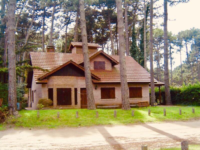 Foto Casa en Venta en  Pinamar ,  Costa Atlantica  De la Retama al 500