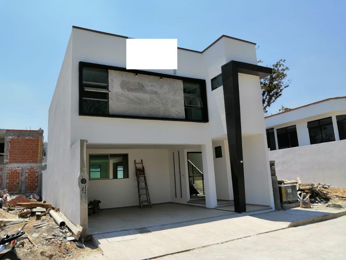 Foto Casa en Venta en  La Trinidad,  Coatepec  Casa nueva en venta en Coatepec Ver Fraccionamiento La Trinidad Amplios espacios con dobles alturas