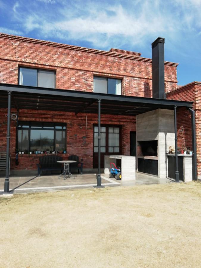 Foto Casa en Venta en  La Cascada Country,  Cordoba Capital  La Cascada Country - Hermosa Casa Tipo Industrial - 3 dormitorios