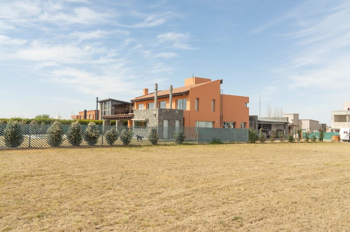 Foto Casa en Venta en  La Cascada Country,  Cordoba Capital  Casa en venta en La Cascada Country, primera etapa y fondo golf. 4 dormitorios. Con pileta.