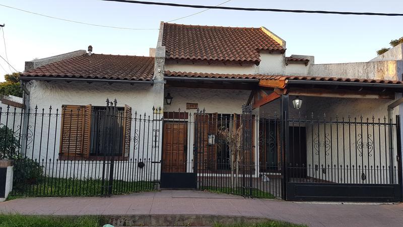 Foto Casa en Venta en  Lomas de Zamora Oeste,  Lomas De Zamora  Pasaje Picún Leufu 1200 (entre Colombres y Garona)