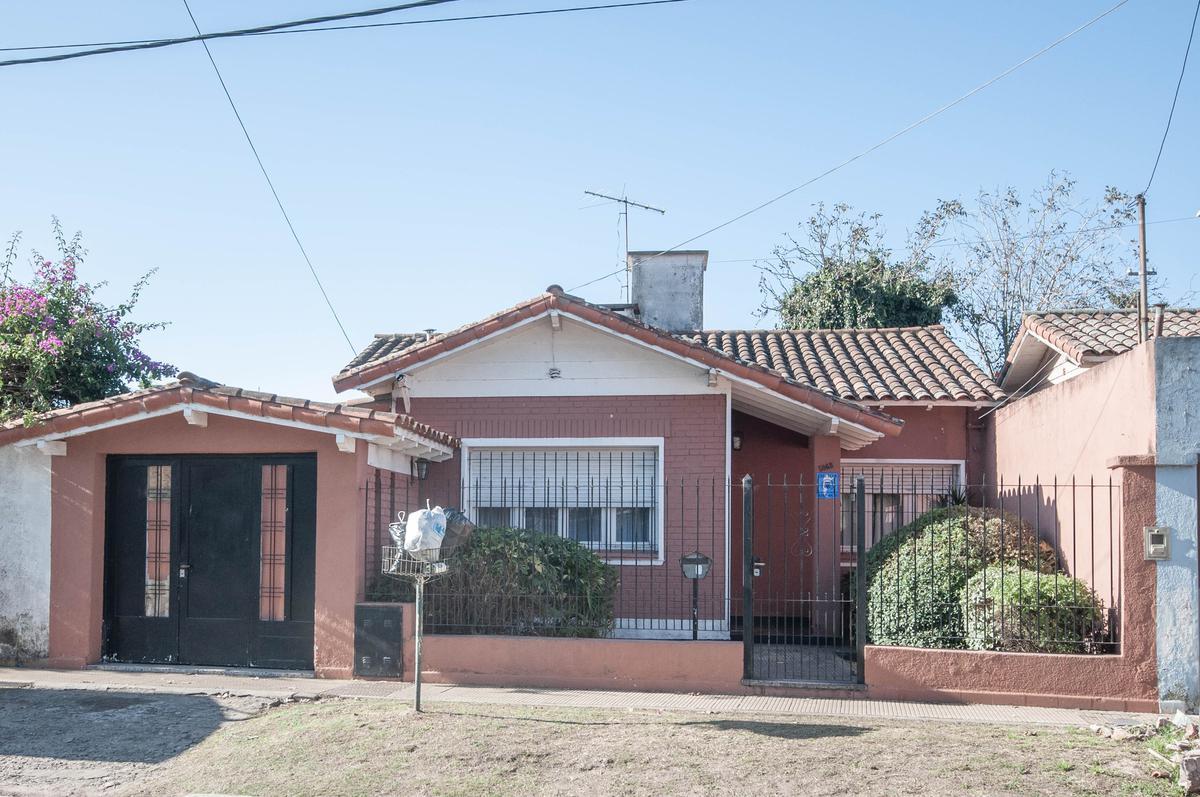 Foto Casa en Venta en  Ezpeleta Este,  Quilmes  Río Negro al 5000