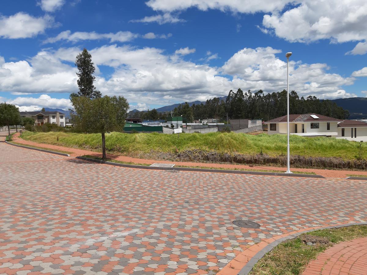 Foto Terreno en Venta en  Los Chillos,  Quito  Hermoso terreno  plano, Urbanización Navarra 1