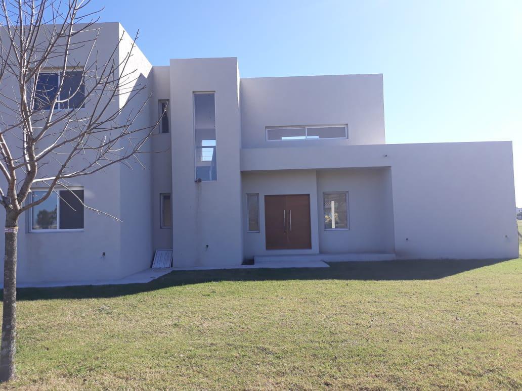 Foto Casa en Venta en  El Canton - Golf,  Countries/B.Cerrado (Escobar)  Propiedad a estrenar sobre lote interno en el Barrio El Golf.  200 mts. cubiertos. 4 ambientes.