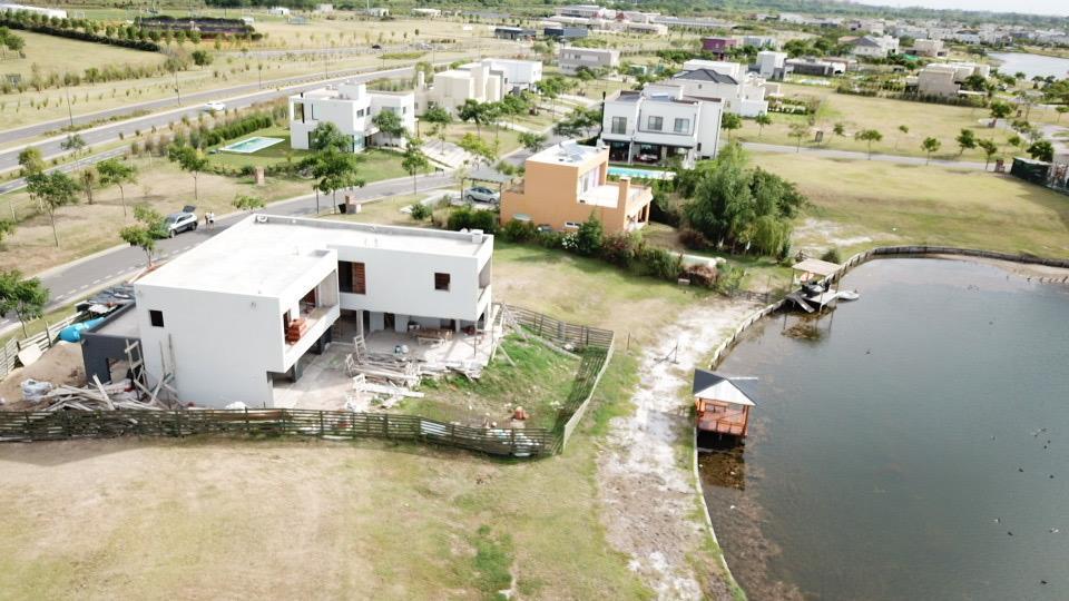 Foto Casa en Venta |  en  Vistas,  Puertos del Lago  Casa estilo racionalista en lote al agua en Barrio Vistas. Puertos del Lago