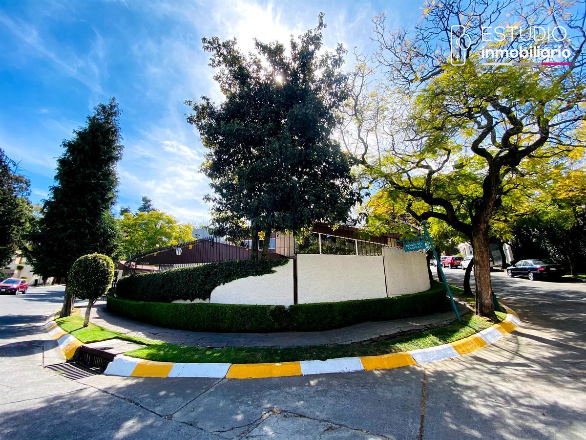 Foto Casa en Venta en  La Herradura,  Huixquilucan  CASA EN VENTA LA HERRADURA. bosque del castillo, estricta seguridad, amplia, luminosa, jardín.