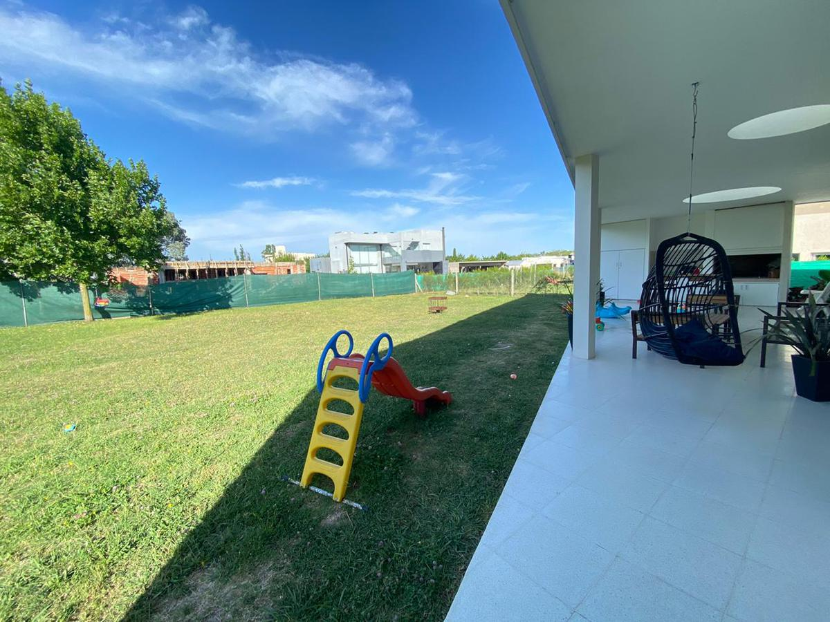 Foto Casa en Venta en  Countries/B.Cerrado (La Plata),  La Plata  Av. 137 y 90