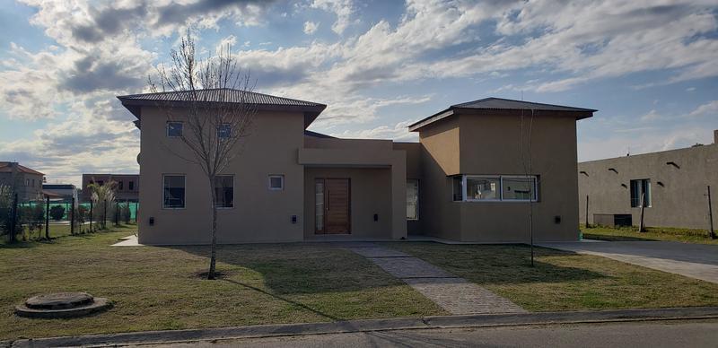Foto Casa en Venta | Alquiler en  Santa Juana,  Canning          Amplia casa en alquiler y venta en Santa Juana- Totalmente amoblada