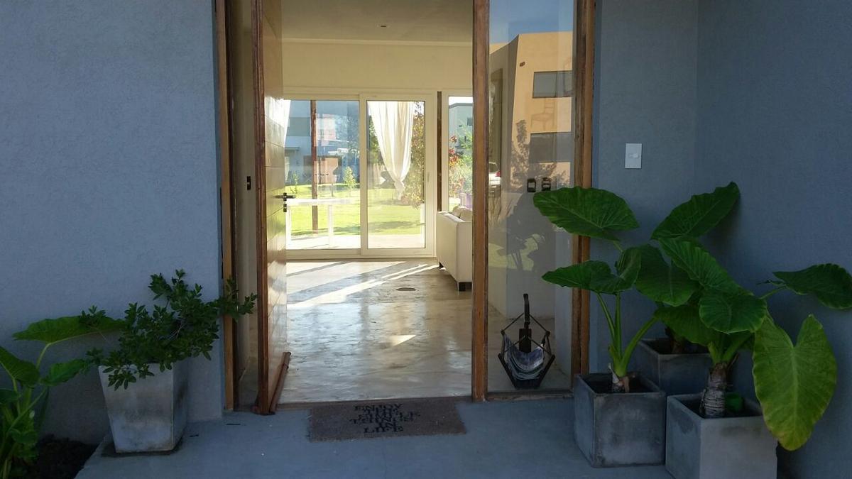 Foto Casa en Venta en  Benavidez,  Tigre  Santa Teresa. Casa 4 dormitorios, dependencia y escritorio. Venta
