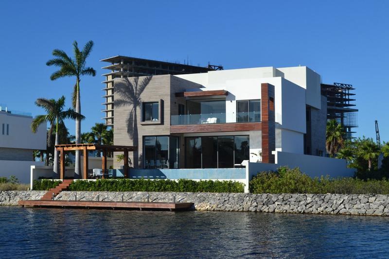 Foto Casa en Venta en  Puerto Cancún,  Cancún  PUERTO CANCÚN Y LOS CANALES. Residencia de Lujo en VENTA  con 5 recamaras, frente de canal con muelle.  Cancún, Quintana Roo