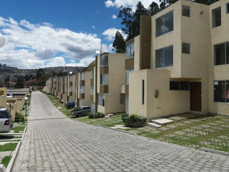 Foto Casa en Venta en  Los Chillos,  Quito  Cerca a la Universidad Internacional, estrene, conjunto, 3 plantas