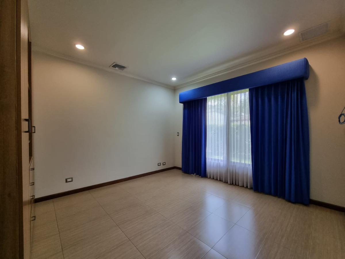 Foto Casa en condominio en Venta en  Uruca,  Santa Ana  Santa Ana/ Casa Esquinera de 1 Nivel/ 5 habitaciones/ 991m2 de Terreno