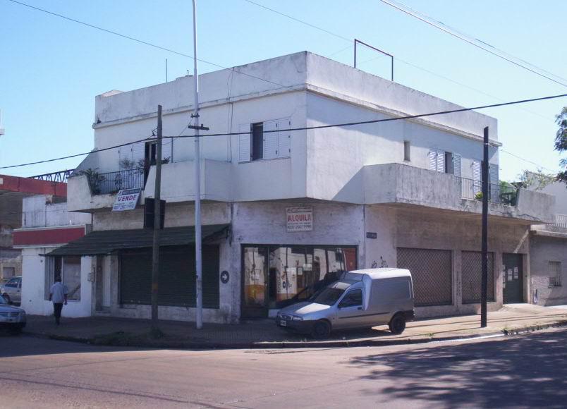 Foto Local en Alquiler en  Sarandi,  Avellaneda  Crisologo Larralde 3452