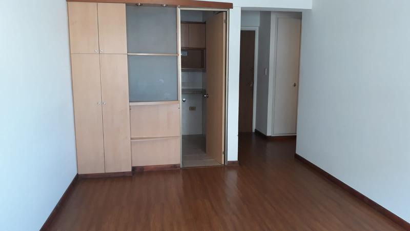 Foto Departamento en Alquiler en  Centro ,  Montevideo  18 de Julio y Yaguaron Piso Alto - Oficina o Vivienda