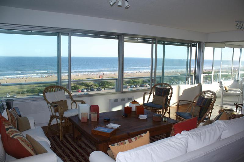 Foto Departamento en Venta | Alquiler temporario en  Playa Brava,  Punta del Este  Increíble Apartamento Ubicado en Playa Brava con Impactante Vista al Mar