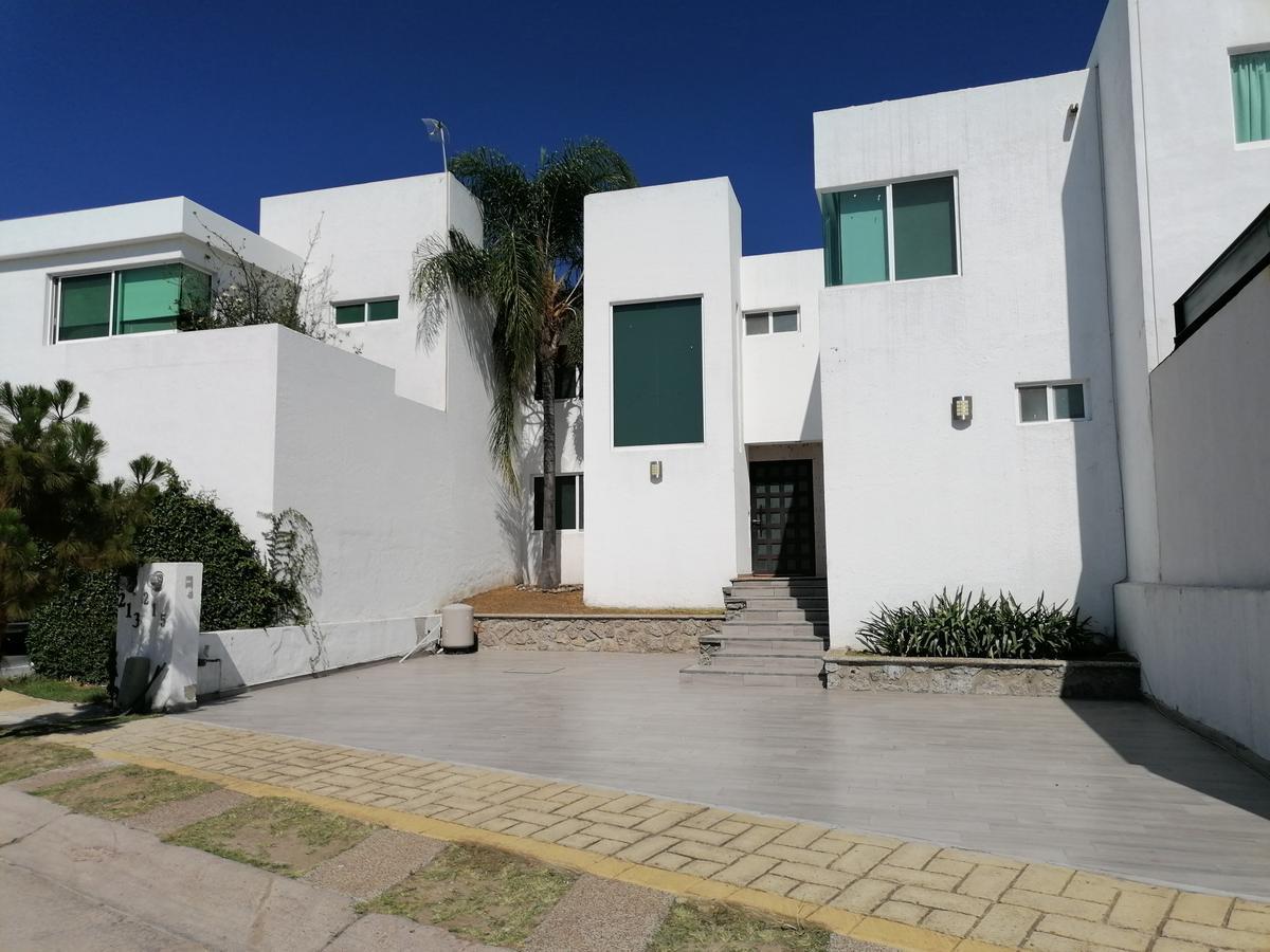 Foto Casa en Venta en  Lomas de Gran Jardín,  León   Casa en VENTA en Lomas de  Gran Jardín 3 recámaras c/u con baño, sala de tv, amplio jardín!!!