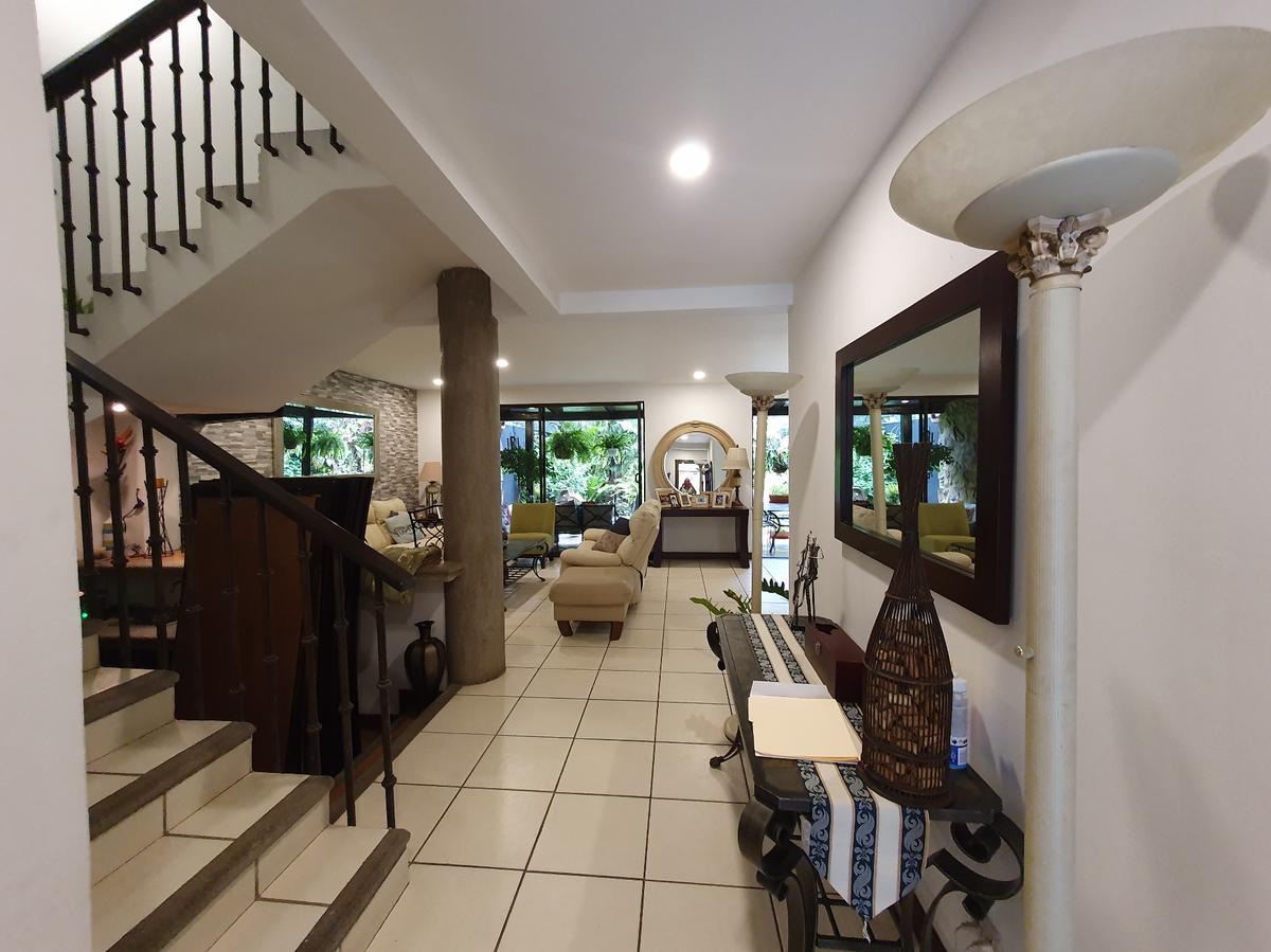 Foto Casa en condominio en Venta en  Bello Horizonte,  Escazu  Escazú/ Jardín / Amplia / 340 m2 de construcción