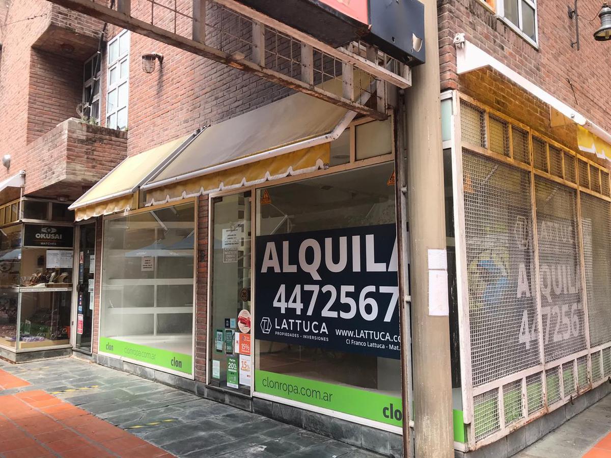 Local amplio - Galería calle angosta  - Centro
