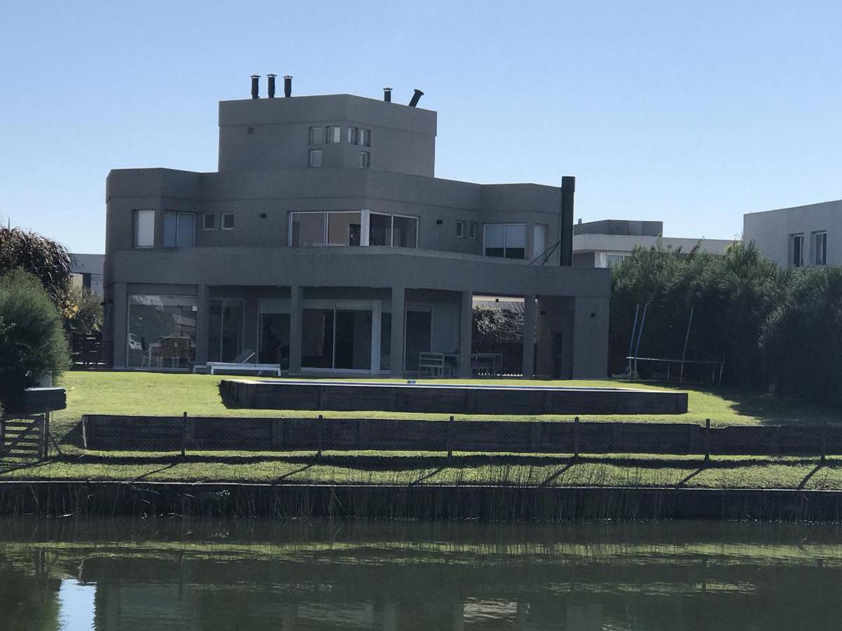 Foto Casa en Venta |  en  Cabos del Lago,  Nordelta  Casa de 3 dormitorios al Lago