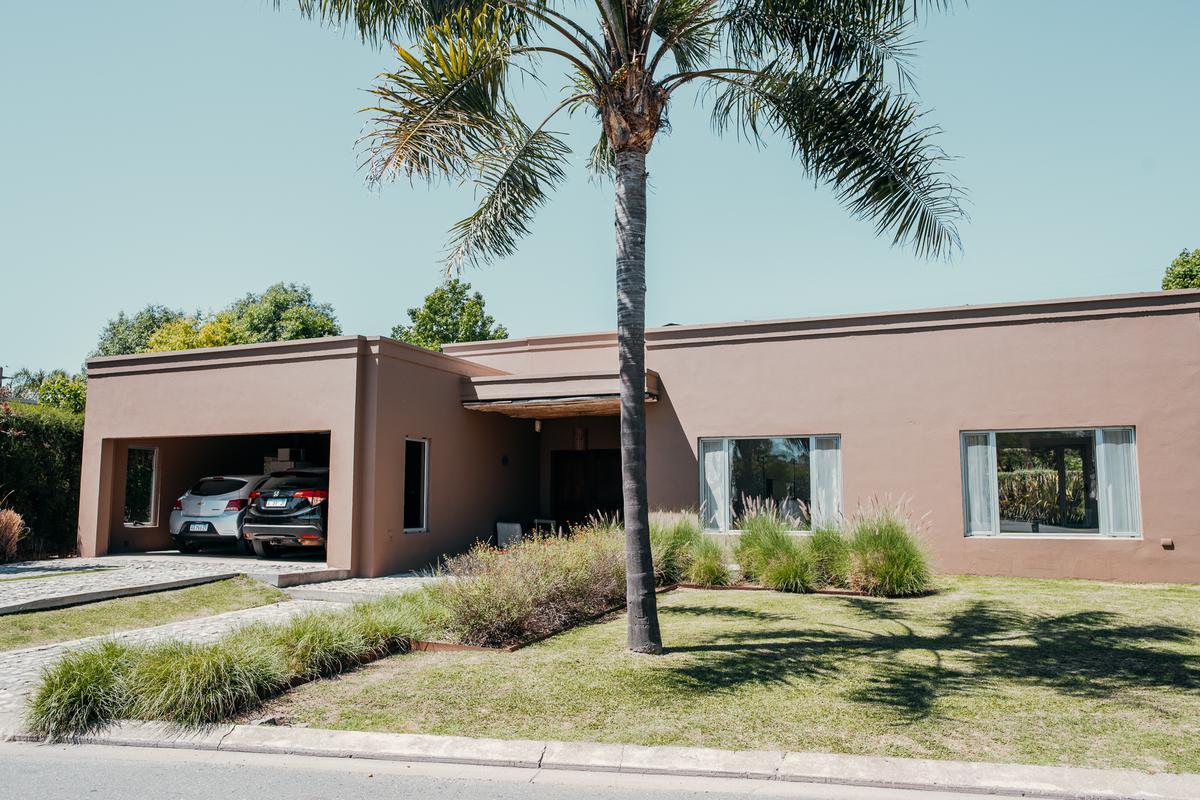 Foto Casa en Venta en  Funes,  Rosario  Avenida Fuerza Aerea al 3100