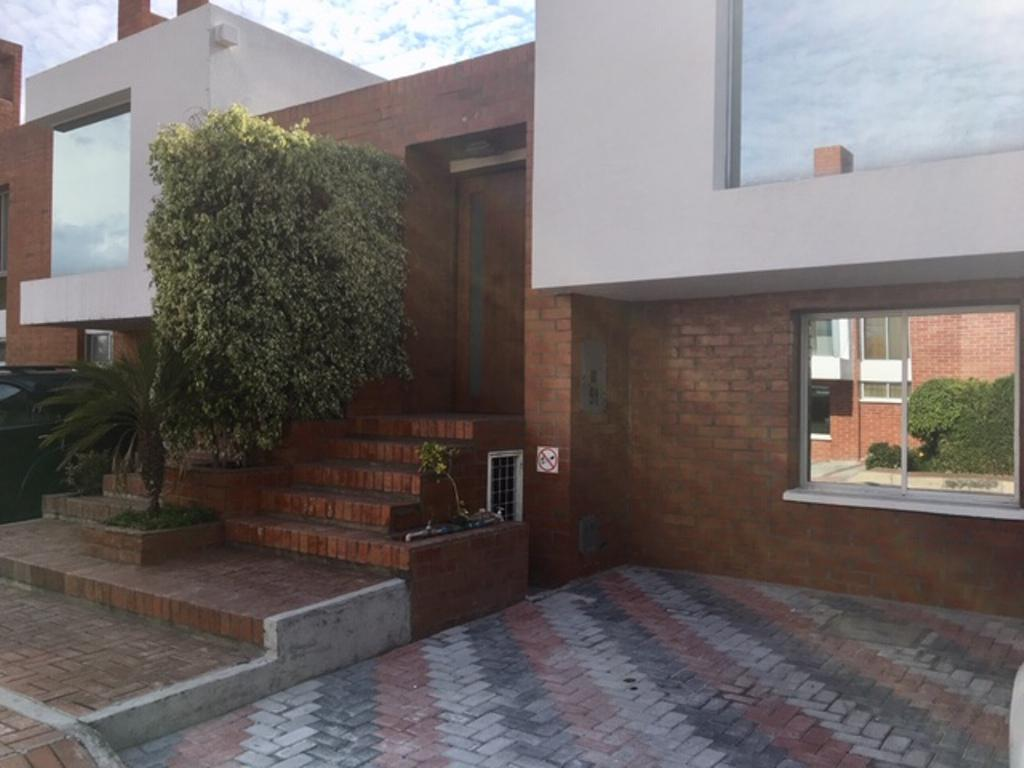 Foto Casa en Alquiler en  Cumbayá,  Quito      Casa de 3 dormitorios junto a la Universidad San Francisco de Quito