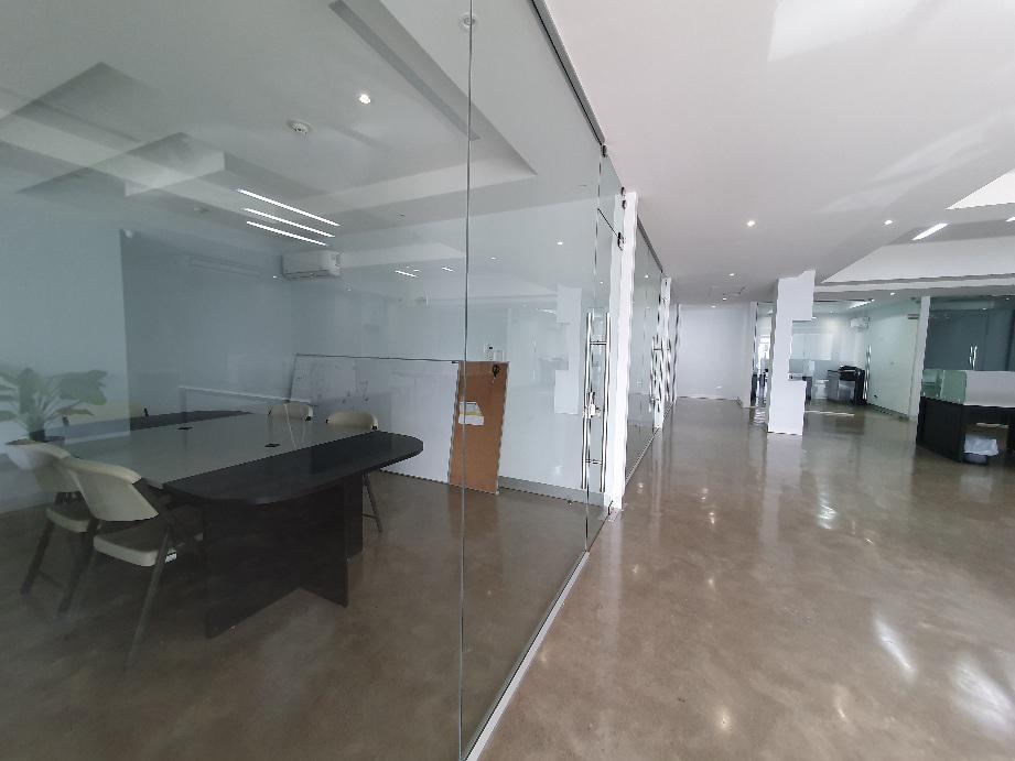 Foto Bodega Industrial en Venta | Renta en  Escazu,  Escazu  Guachipelín / Oficinas listas / Espacio de bodega