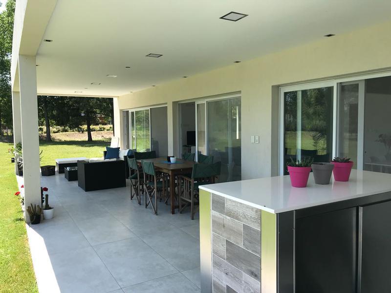 Foto Casa en Venta en  Terralagos,  Countries/B.Cerrado (Ezeiza)  Venta - Hermosa casa a la laguna en Terralagos - Canning