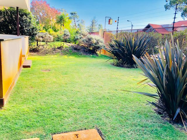 Foto Departamento en Alquiler en  Carrasco ,  Montevideo  Apartamento con Jardin