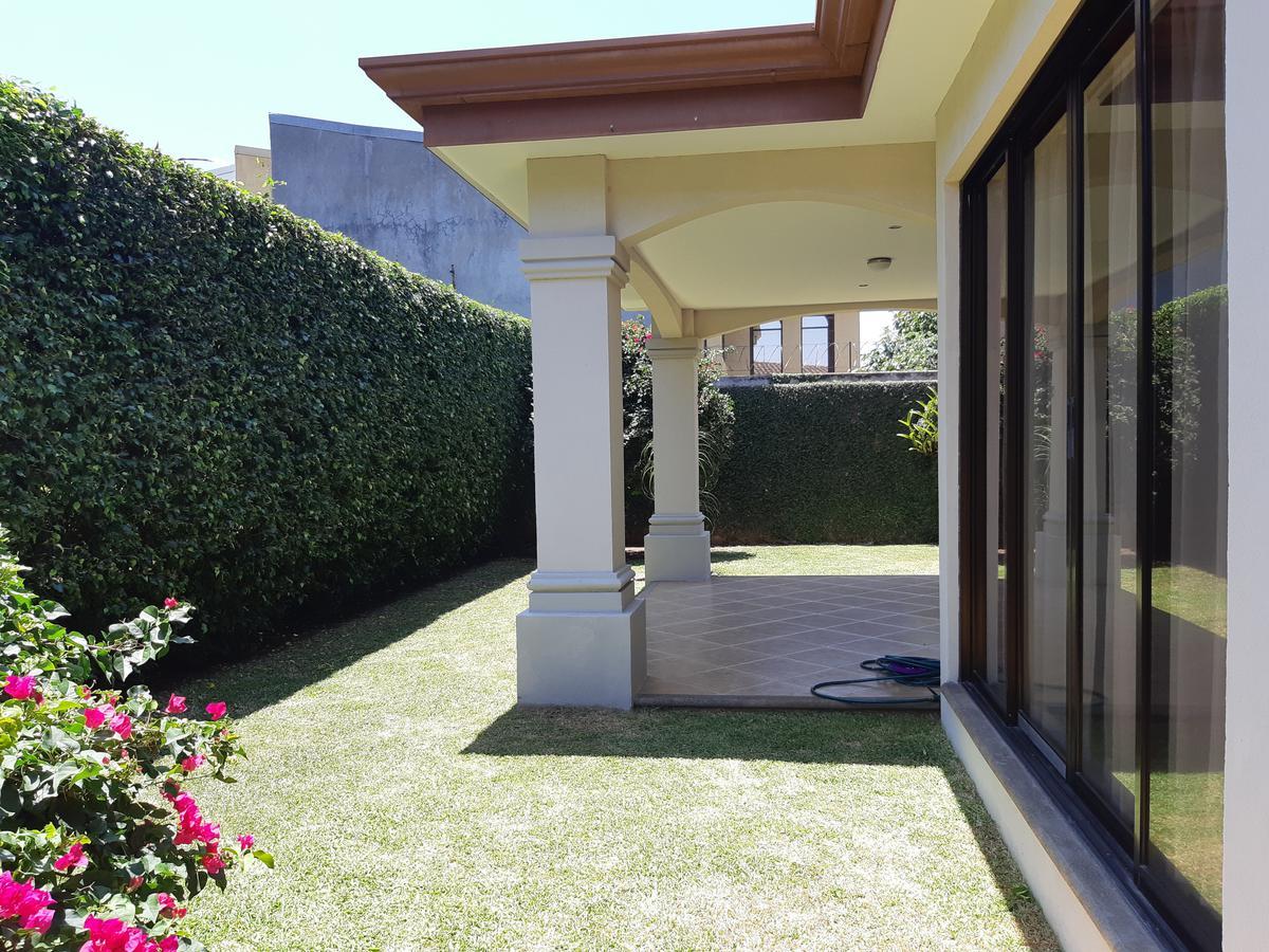 Foto Casa en condominio en Venta en  Santa Ana ,  San José  Santa Ana/ 4 habitaciones/ Separada/ Tenis/ Piscina/ Jardín