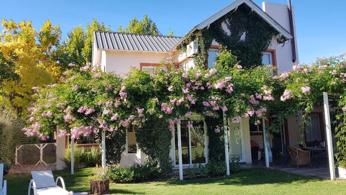 Foto Casa en Alquiler en  Neuquen,  Confluencia  Barrio Rincón Club de Campo