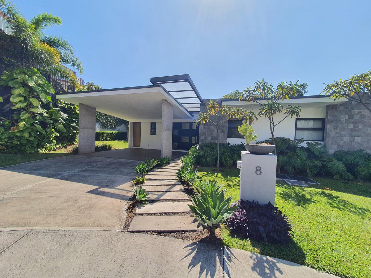 Foto Casa en condominio en Venta en  San Rafael,  Escazu  Entre árboles / Cuarto principal en primer nivel / Deck